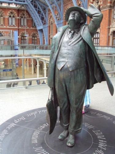 Betjeman_statue,_St_Pancras_-_DSC08187.jpeg